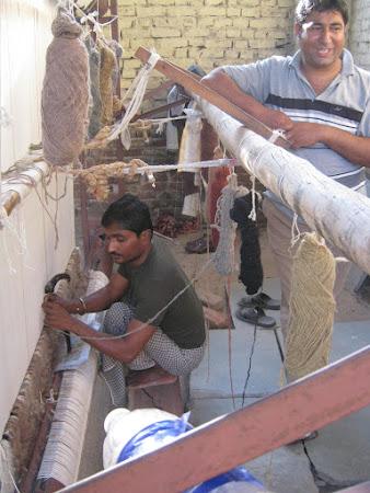 Imagini India: fabrica tesaturi indiene.JPG