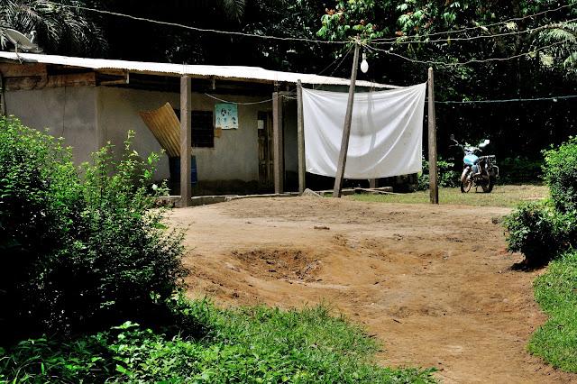 Maison villageoise dotée d'un dispositif de collecte nocturne. Ebogo (Cameroun), 26 avril 2013. Photo : Daniel Milan