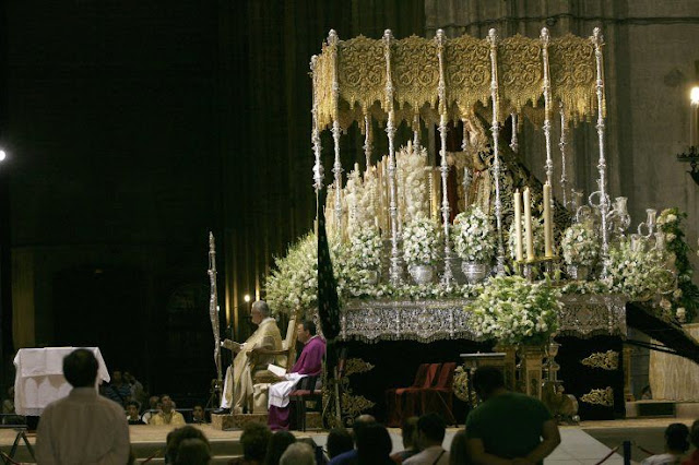 Esperanza de Triana en la catedral de Sevilla. 25 aniversario de su Coronación Canónica.