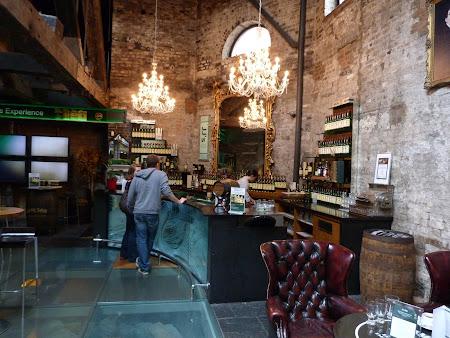 Obiective turistice Dublin: barul de la intrare plin cu whiskey