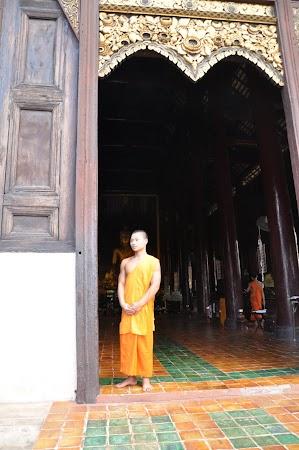 Imagini Thailanda: Calugar buddhist la intrarea in Wat Pan Tao, Chiang Mai, Thailanda