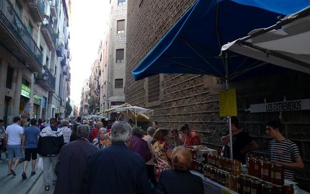 La Fira de Sant Ponç 2012 ha tornat a omplir el carrer Hospital de mel, herbes i gent