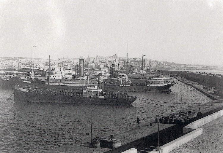 El JOSE TAYA atracado de puntas en Tarragona. Ca 1920. Del libro Guía-Catalég de L´Archiu Fotografic. Port de Tarragona.JPG
