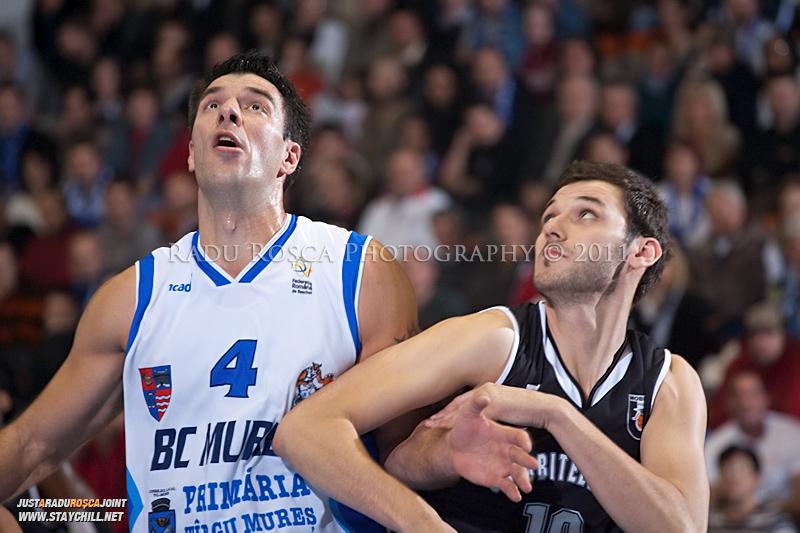 Virgil Stanescu si Santa Szabolcs se dueleaza pentru recuperare in timpul  partidei dintre BC Mures Tirgu Mures si U Mobitelco Cluj-Napoca din cadrul etapei a sasea la baschet masculin, disputat in data de 3 noiembrie 2011 in Sala Sporturilor din Tirgu Mures.