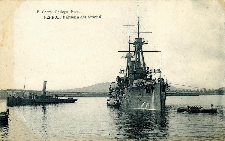 El remolcador ANTELO ayudando en la maniobra de un acorazado de la clase España. Postal.JPG