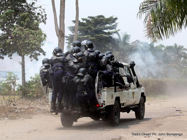 La Police pourchassant les militants de l'UDPS le 6/9/2011 à Kinshasa-Limeté. Radio Okapi/ Ph. John Bompengo