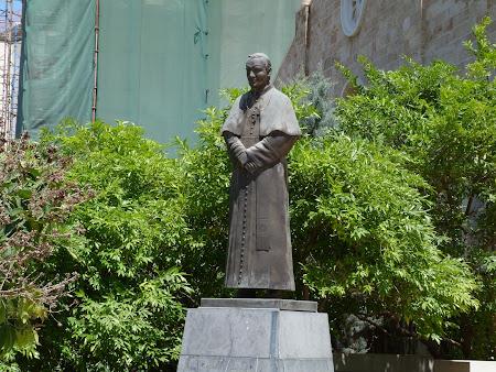 Obiective turistice Liban - statuia papei Ioan Paul al II-lea in Beirut.JPG