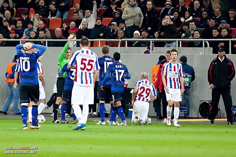 Centraul Felyx Brych ii arata cartonasul rosu capitanului Nemanja Vidic dupa un fault la Gabriel Giurgiu (29) in timpul meciului dintre FC Otelul Galati si Manchester United din cadrul UEFA Champions League disputat marti, 18 octombrie 2011 pe Arena Nationala din Bucuresti.