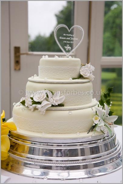 beautiful wedding cake in dundee