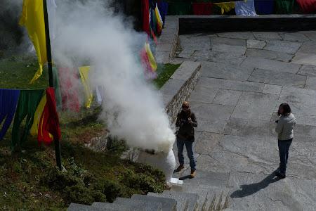 Imagini Bhutan: foc de rugaciune