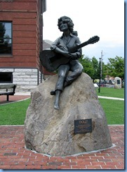 9984 Tennessee - Sevier County Courthouse, Sevierville - Dolly Parton Statue