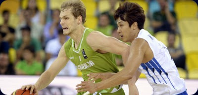 Slovenia's guard Jaka Blazic (L) vies with Korea's forward Cho Sungmin  during the 2014 FIBA World basketball championships group D match Korea VS Slovenia at the Gran Canaria Arena in Gran Canaria on September 2, 2014.   AFP PHOTO/ GERARD JULIEN