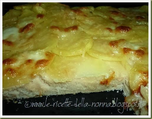 Pizza bianca con patate e mozzarella (9)