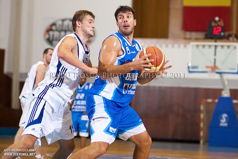 Virgil Stanescu (albastru) este aparat de Drasko Albijanic, in meciul dintre CSU Asesoft Ploiesti si BC Mures Tirgu Mures din cadrul turneului amical Mures Cup, disputat joi, 8 septembrie 2011 in Sala Sporturilor din Tirgu Mures