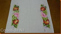 maças e rosas pintadas em caminho de mesa