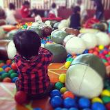 鞍ヶ池公園・プレイハウスのボールプールで遊んでるところ