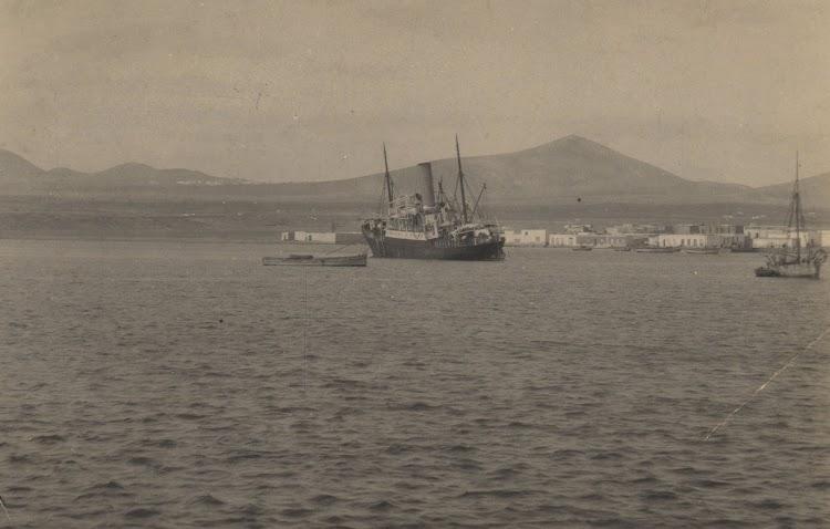 Arrecife. Lanzarote. Estupenda foto de un correo grande fondeado. Archivo FEDAC.jpg