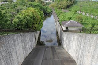 西除洪水吐の減勢工を望む