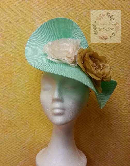 tocado grande para boda con base de disco en color verde agua y dos flores en dorado y crudo