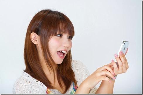 iPhoneを操作する女性 Lala