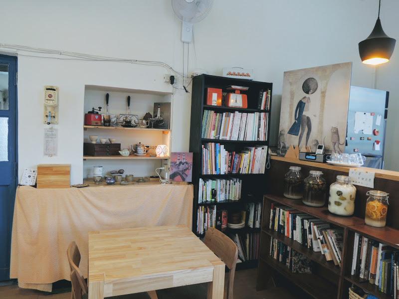 小學校分享工作室吧檯旁書櫃、樂捐箱.jpg