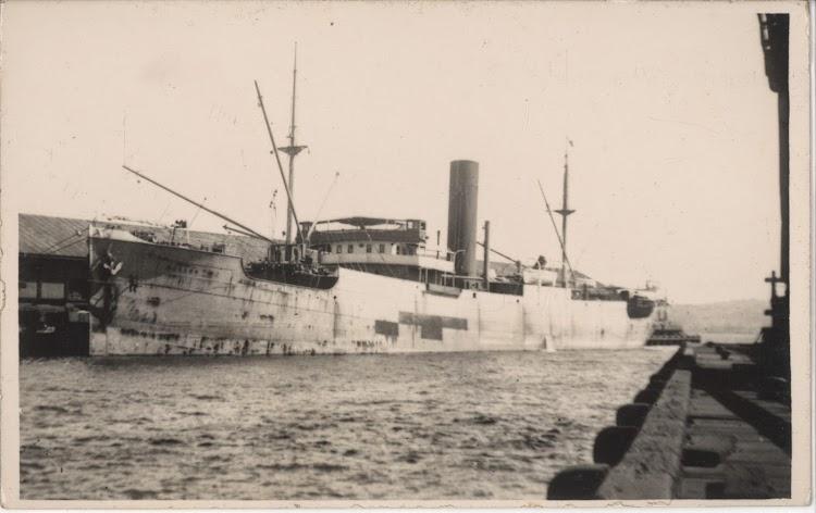 El MARKEN en un puerto de Australia. Fecha indeterminada. Foto State Libray of New South Wales. De la web Trove.jpg