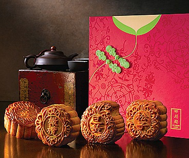 Szechuan Court Baked Mooncakes with Cheongsam-inspired Mooncak