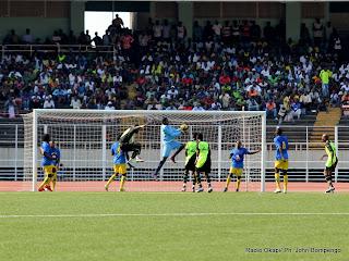 En l'air, en noire l'attaquant de l'A.S.V Club et le gardien de but de Lupopo en bleu ce 22/05/2011 au stade des Martyrs à Kinshasa, lors de Vodacom Super Ligue. Radio Okapi/ Ph. John Bompengo