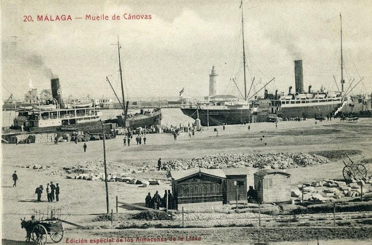 Detalle del VICENTE LA RODA en el puerto de Málaga por su proa EL ANTONIO LOPEZ. Postal.jpg