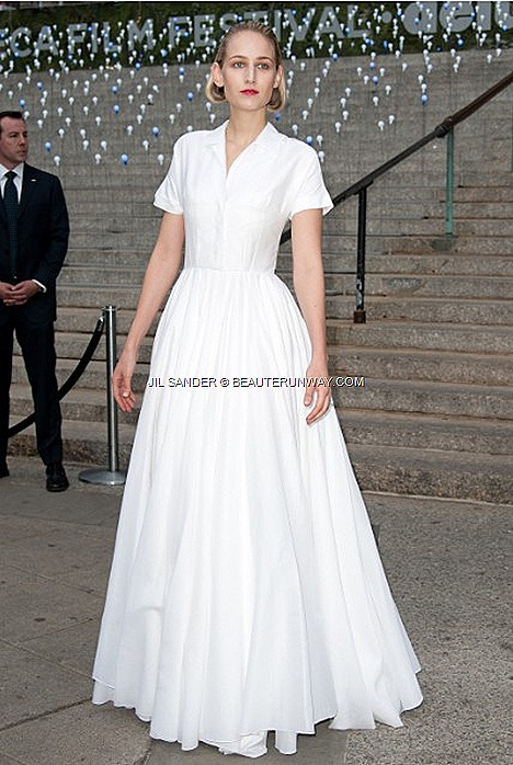 Leelee Sobieski White shirt dress flare skirt Jil Sander Spring Summer 2012 white cotton voile shirtdress with a full length flare skirt, designed by Rafs Simons at the Tribeca Film Festival Vanity Fair 2012 party New York City.