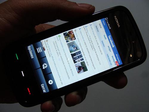 Facebook incluye anuncios en la version movil
