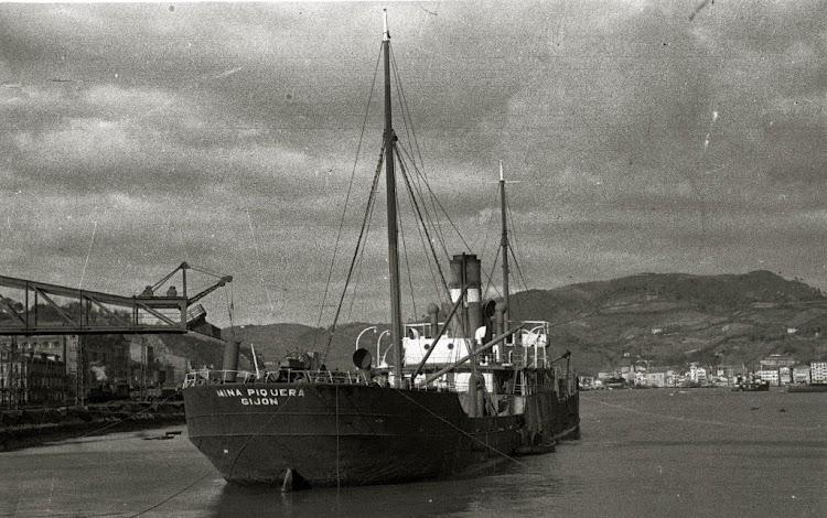 El vapor MINA PIQUERA en Pasaia. Fondo Carpeta Vicente Martin. Web Gure Guipuzcoa. Ca. 1940-1950.jpg