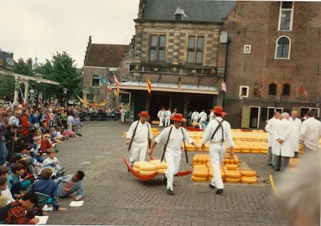 Traditii Olanda: piata de branza Alkmaar