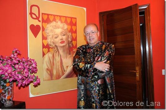 Posa junto a su cuadro de Marilyn Monroe pintado por Pietro Psaier