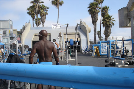 Plaja Venice Beach de langa Los Angeles: Un suedez ramas mai mult decat trebuia la sala. Muscle Beach.JPG
