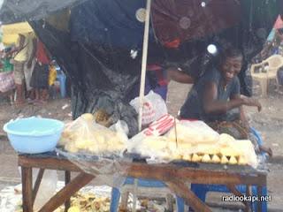 Une vendeuse dans un marché de Kinshasa.