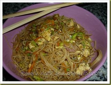 Spaghetti di riso con uova, verdure e peperoncino (9)
