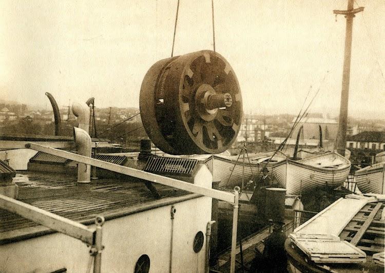 Embarque a bordo del CRISOBAL COLON de una rueda del engranaje de las turbinas de la maquina principal. . Del libro OBRAS. S.E. de C.N. AÑO 1921.jpg