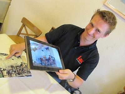 Dennis Hücker amb un simulacre del que serà el seu treball, que entre altres oferirà recreacions en 3D.