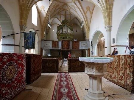 Fortificatii sasesti in Transilvania: interior biserica Harman