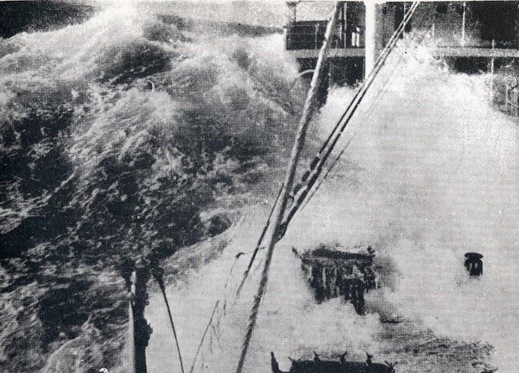 Estupenda foto de la cubierta del PLUTON embarcando un golpe de mar. Seguramente produciria averias en la superestructura. Foto de La Enciclopedia General del Mar..JPG