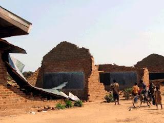 Une vue des salles de classe détruites par un orage, 31/10/2011, au village Tabacongo, près de Kalemie (Katanga/RDC). Radio Okapi/Ph. François Xavier Mibe