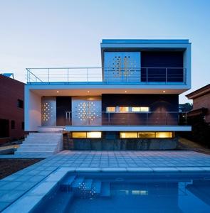 Fachada-moderna-Casa-ch_v-arquitectos-aguilera-guerrero