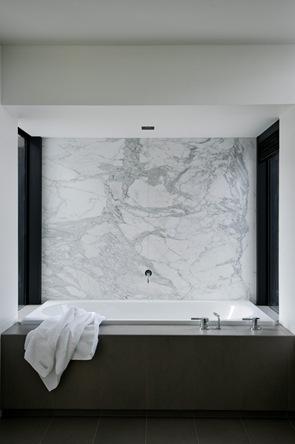 baño-con-pared-de-marmol-blanco