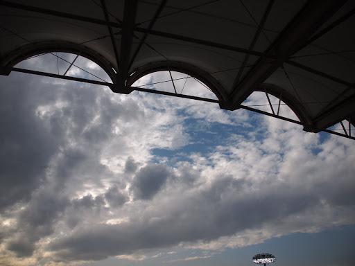 [写真]負けたのでスタジアムの屋根でも
