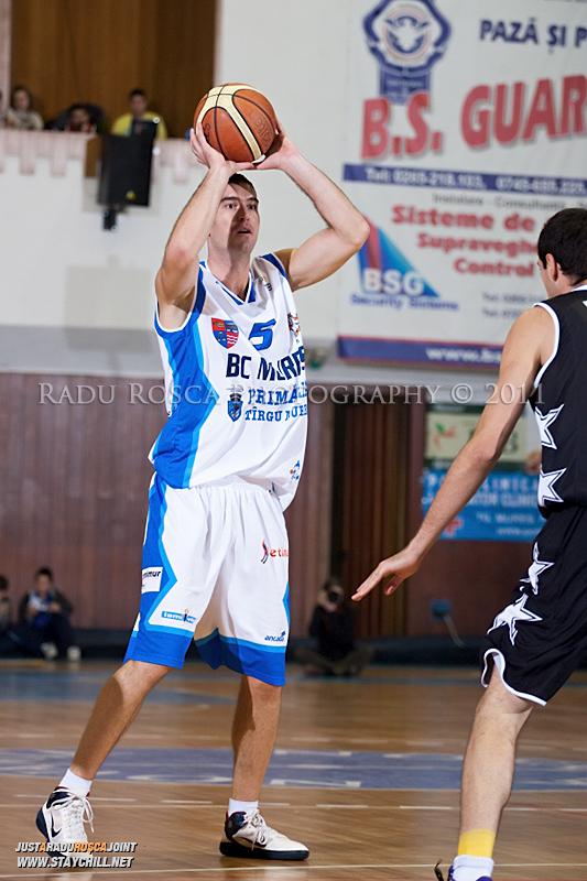 Liviu Dumitru cauta un coechipier liber in timpul  partidei dintre BC Mures Tirgu Mures si U Mobitelco Cluj-Napoca din cadrul etapei a sasea la baschet masculin, disputat in data de 3 noiembrie 2011 in Sala Sporturilor din Tirgu Mures.