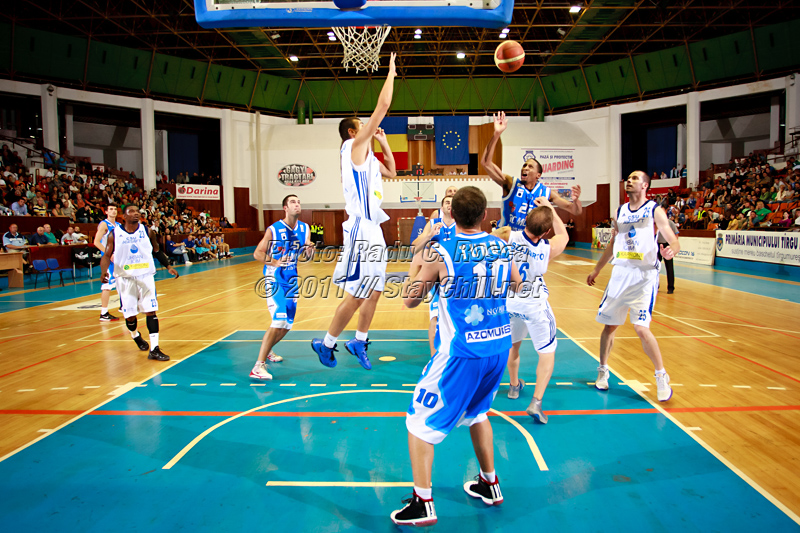 JuJuan Cooley incearca sa inscrie doua puncte in timpul unui meci din cadrul turneului amical Mures Cup dintre BC Mures si CSU Asesoft Ploiesti, disputat in Sala Sporturilor din Tirgu Mures in data de 8 septembrie 2011.