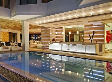piscina-iluminada-casa-de-lujo