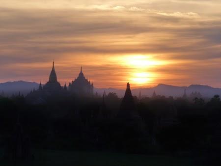 08. Apus de soare la Bagan.JPG