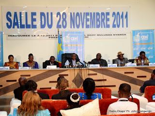 En arrière plan, des membres du bureau de la Ceni le 6/12/2011 à Kinshasa, lors de la publication des résultats partiels de la présidentielle de 2011 en RDC. Radio Okapi/ Ph. John Bompengo